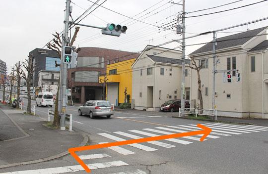 一個目の信号を渡って頂き、反対側に渡って下さい。