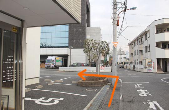 森整形外科をでましたら左側に向かって頂き交差点を左に曲がって下さい。
