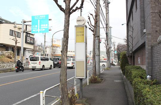 5分くらい歩いていくと大和田小学校バス停があります。
