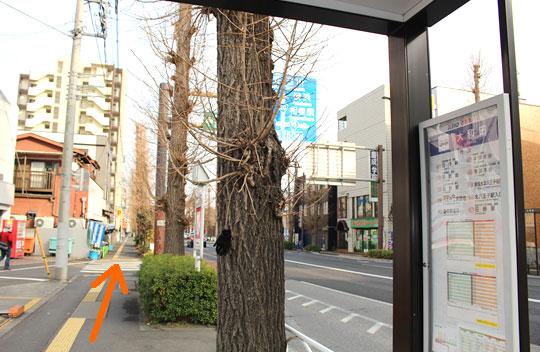 バス停を降りましたら右方向に進んで下さい。