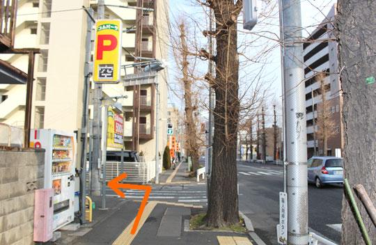 直進して頂くと左手に黄色い看板のパーキングが目印の信号がありますのでそこを左に曲がって直進して下さい。