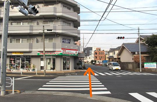 直進して頂くと信号がある交差点がありますので信号を渡って直進して下さい。